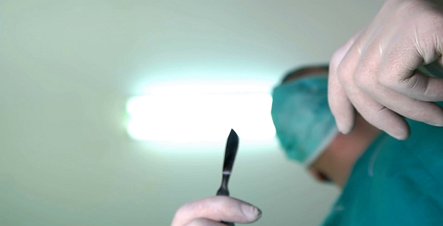 videoblocks-the-surgeon-starts-to-operate-with-a-scalpel-in-his-hands_sfmy3qfrng_thumbnail-full01