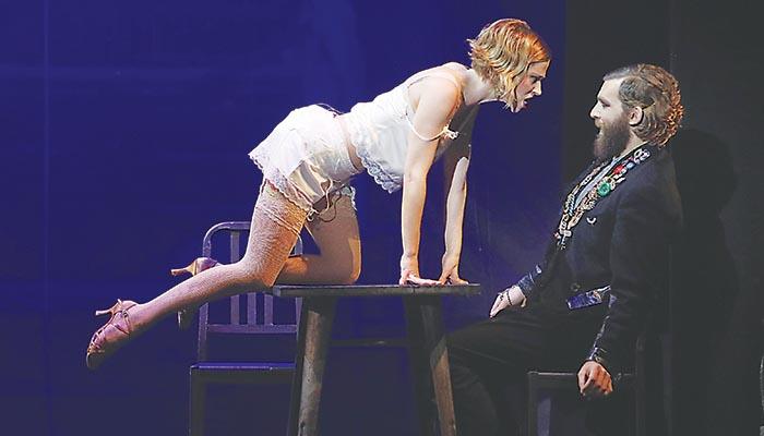 Sexy εμφάνιση στη σκηνή της Νάντιας Μπουλέ με τον Γιάννη Ποιμενίδη