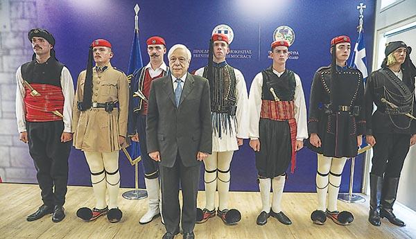 Ο Προκόπης Παυλόπουλος με τους Εύζωνες και τις παραδοσιακές φορεσιές (αριστερά, η θρακιώτικη ενδυμασία)