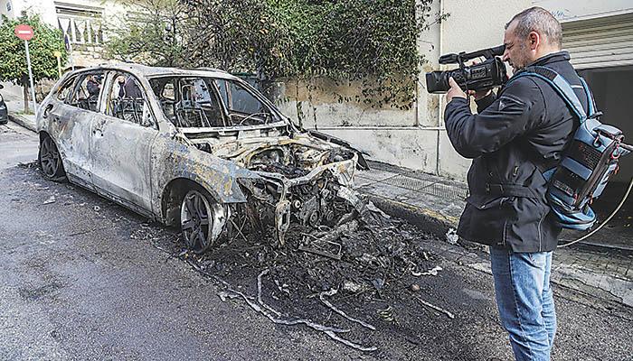 Η φωτιά έχει καταστρέψει εντελώς το αυτοκίνητο στο Κολωνάκι