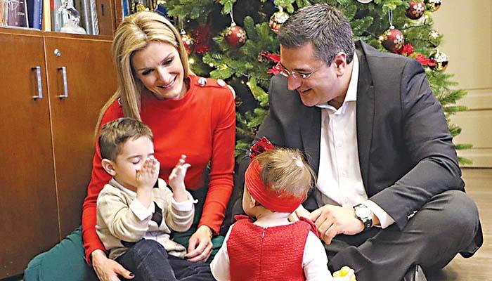 Οκλαδόν ο περιφερειάρχης Κεντρικής Μακεδονίας Απόστολος Τζιτζικώστας με τα μωράκια και τη σύζυγό του
