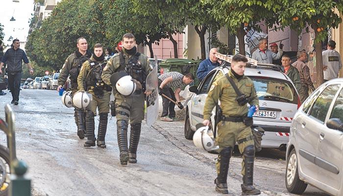 Αστυνομικοί στην επιχείρηση εκκένωσης στο Κουκάκι