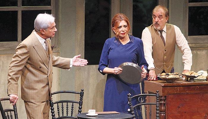 Η Μιμή Ντενίση σε σκηνή της παράστασης ανάμεσα στον Αλέξανδρο Αντωνόπουλο και τον Μιχάλη Μητρούση