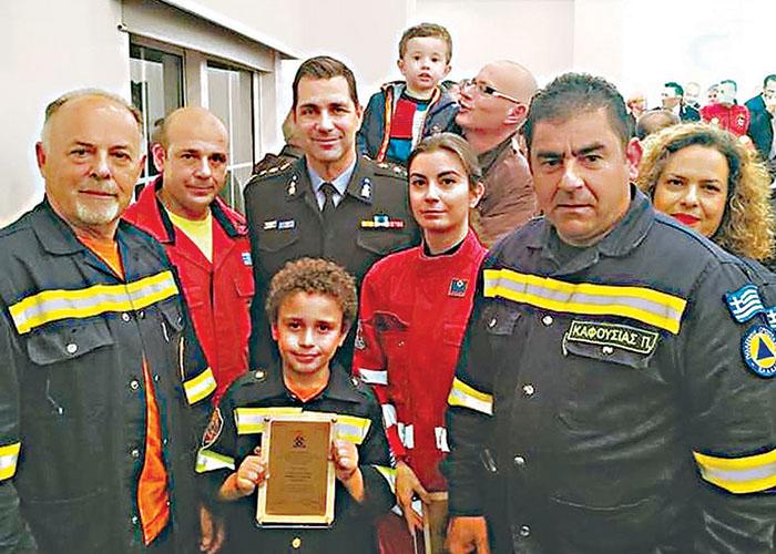Ο μικρός Βασίλης Τογαντζής με εθελοντές πυροσβέστες