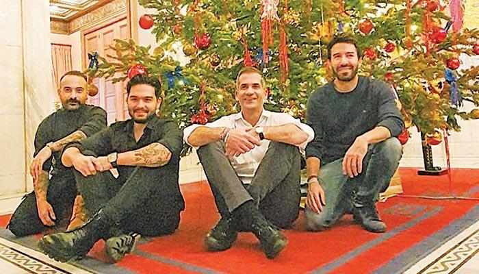 Χαμογελαστός ο Κώστας Μπακογιάννης με τις Μέλιsses κάτω από το χριστουγεννιάτικο δέντρο στο δημαρχείο