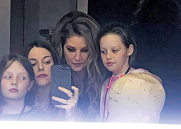 Η Λίζα Μαρί Πρίσλεϊ με τα παιδιά της