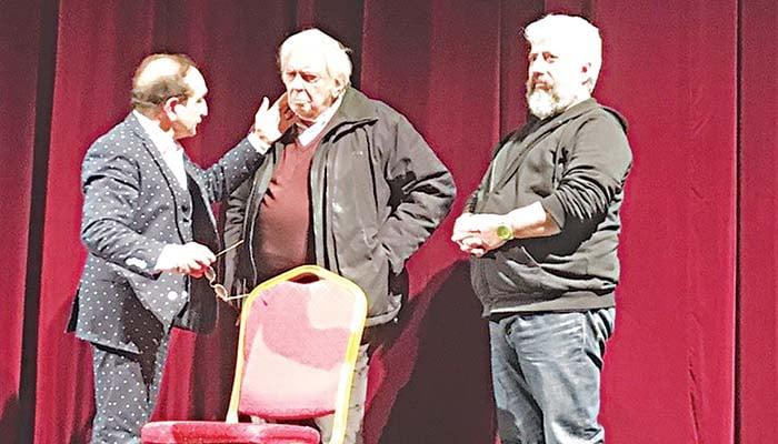 Ο Τέλης Ζώτος σοκαρισμένος στη σκηνή, ανάμεσα στον Σπύρο Μπιμπίλα και τον Δημήτρη Φραγκιόγλου