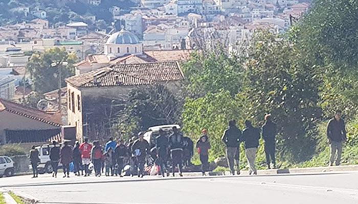 Καραβάνια μεταναστών ανεβοκατεβαίνουν χωρίς κανέναν έλεγχο τον δρόμο που ενώνει το Βαθύ με το ΚΥΤ