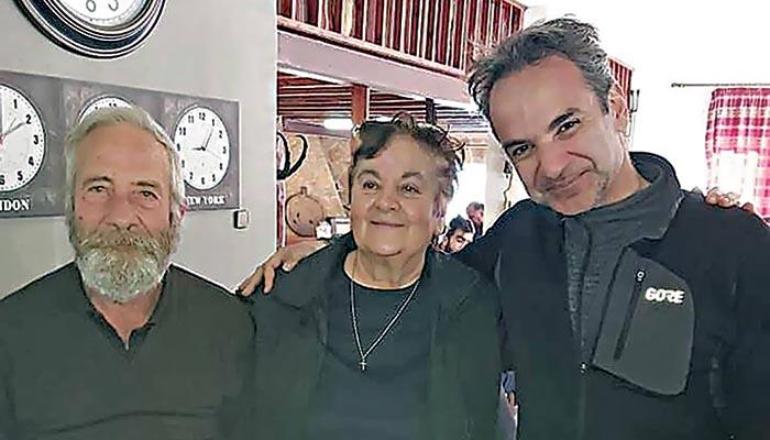 Ο Κυριάκος Μητσοτάκης με τον ιδιοκτήτη της ταβέρνας Γιώργο Κουτρούλη και τη σύζυγό του